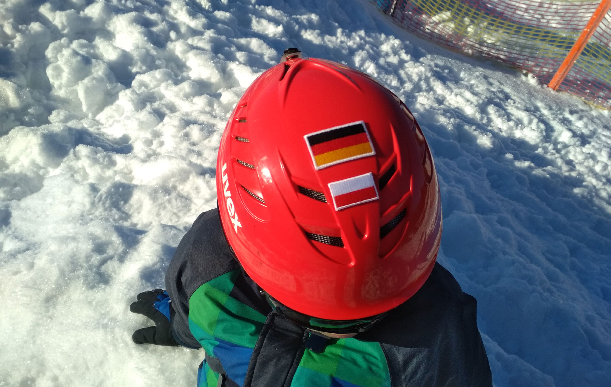 Kask narciarski z flagami Niemiec i Polski
